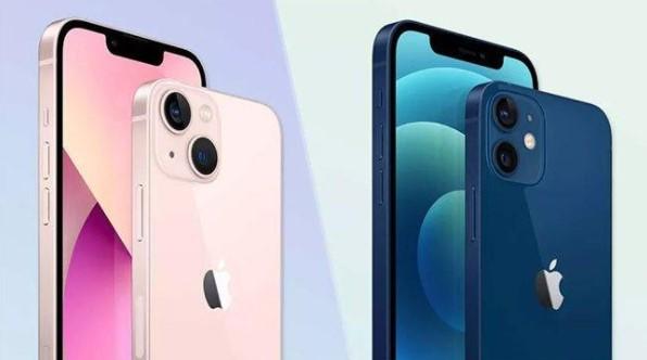 iPhone 13 màu hồng bên trái và iPhone 12 xanh lam bên phải.